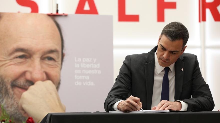 """Sánchez firma en el libro de condolencias por Rubalcaba en la sede del PSOE: """"Te debemos mucho, todo... siempre"""""""