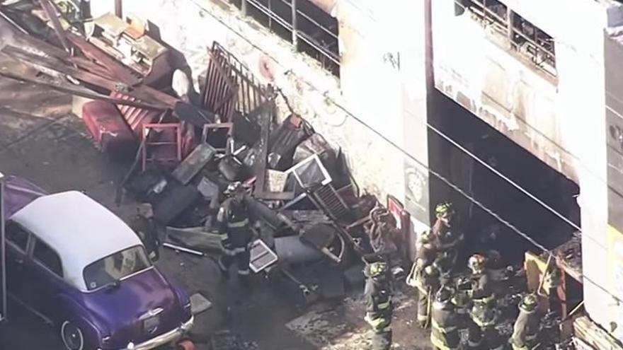 Los bomberos buscan supervivientes entre los restos de un almacén en Oakland donde se celebraba un concierto este viernes.
