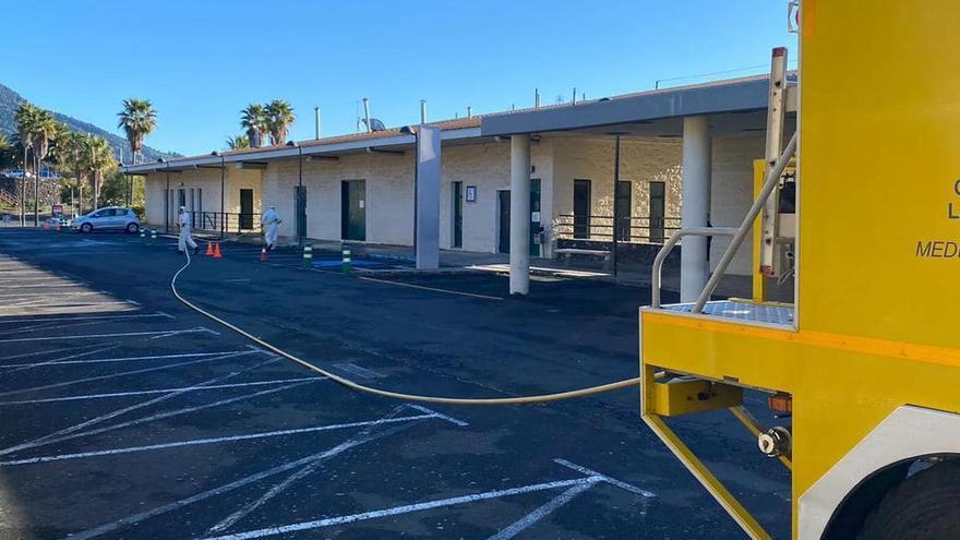 Fumigación en los exteriores del Hospital General de La Palma.