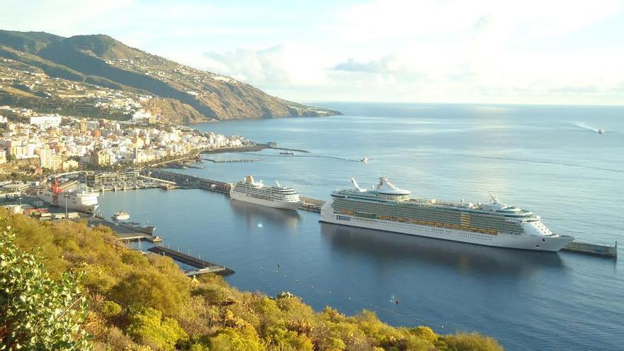 Panorámica de Santa Cruz de La Palma con El 'Adonia' y el 'Liberty of the Seas',  este viernes, en el puerto.