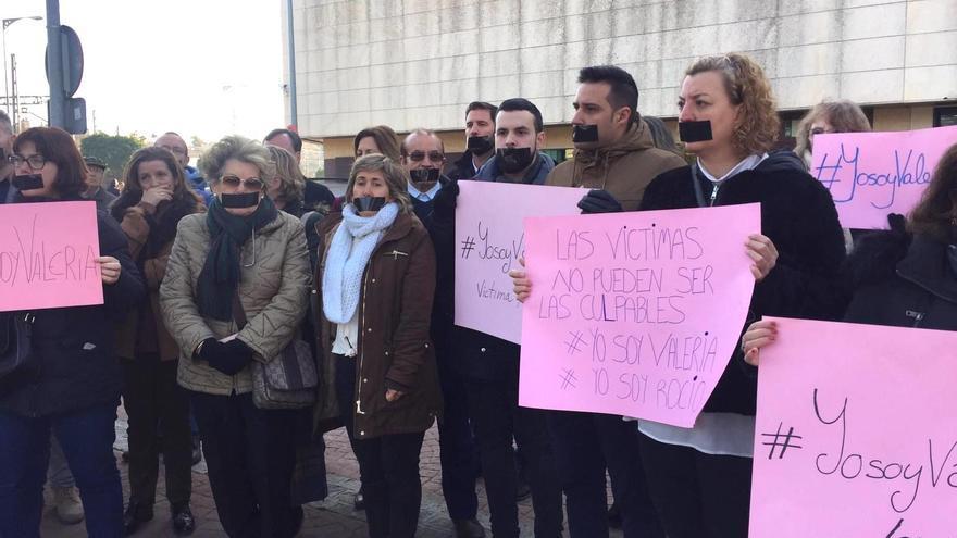 Algunos de los manifestantes este lunes en los juzgados de Dos Hermanas.