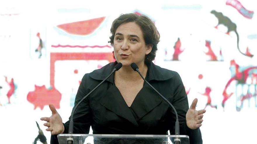 """Colau se pone como ejemplo de alternativa a """"políticas criminales"""" de Rajoy"""
