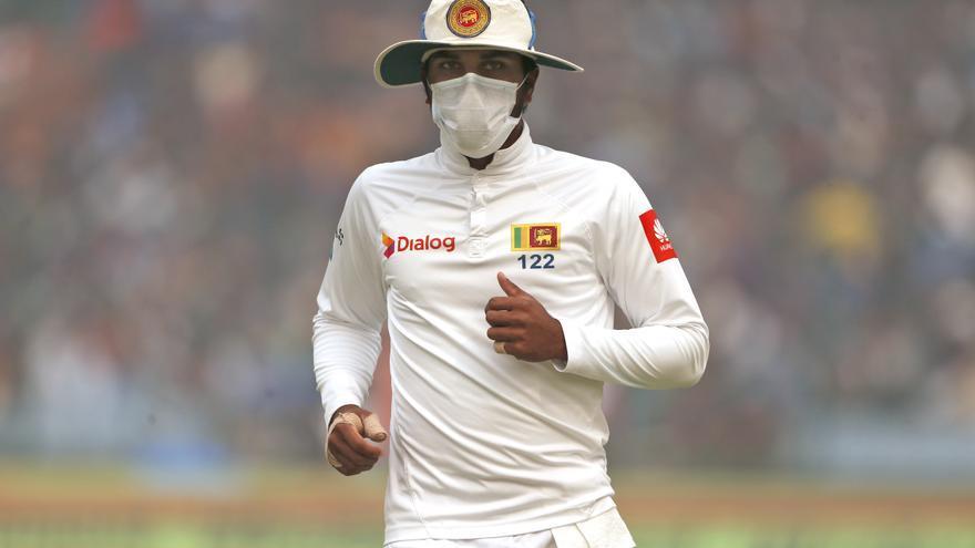 El capitán de Sri Lanka Dinesh Chandimal utilizando una máscara anti-contaminación durante un partido de cricket contra India en Delhi / AP
