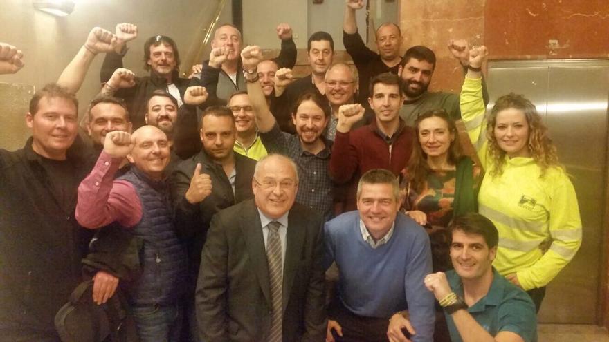 El secretario general de Podemos, Pablo Iglesias; el portavoz de Unidos Podemos-En Comú-En Marea en el debate de la estiba, Fèlix Alonso, y estibadores presentes en el Pleno del Congreso.