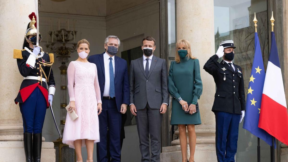 Fernández, Macron y sus parejas, en París.