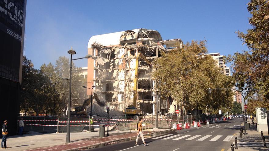 Las máquinas en pleno derribo del nuevo Ayuntamiento