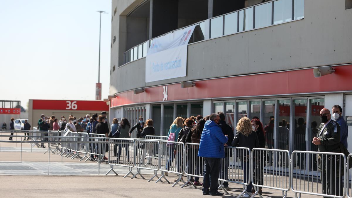 Largas colas de espera en el dispositivo de vacunación contra la COVID-19 con la vacuna de AstraZeneca en el estadio Wanda Metropolitano, en Madrid