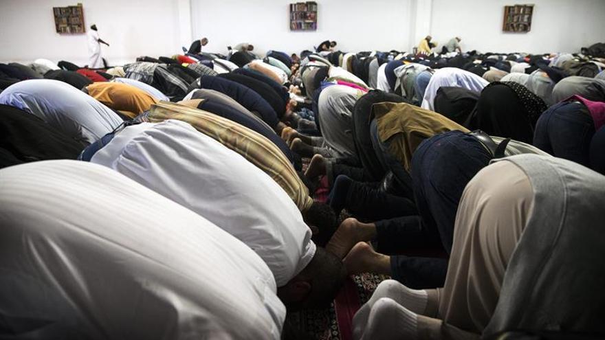 La Gran Mezquita de París pide a los musulmanes que voten a Macron