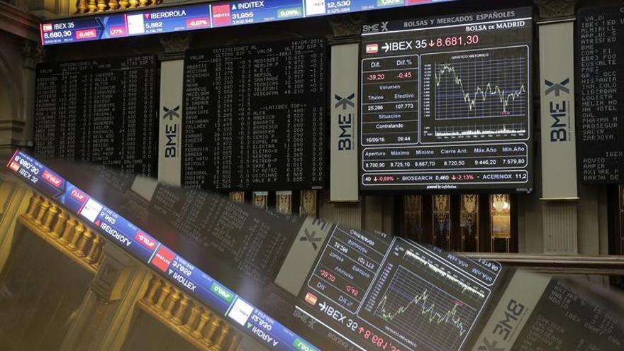 El IBEX 35 cae el 0,16 % en la apertura pero conserva los 8.700 puntos
