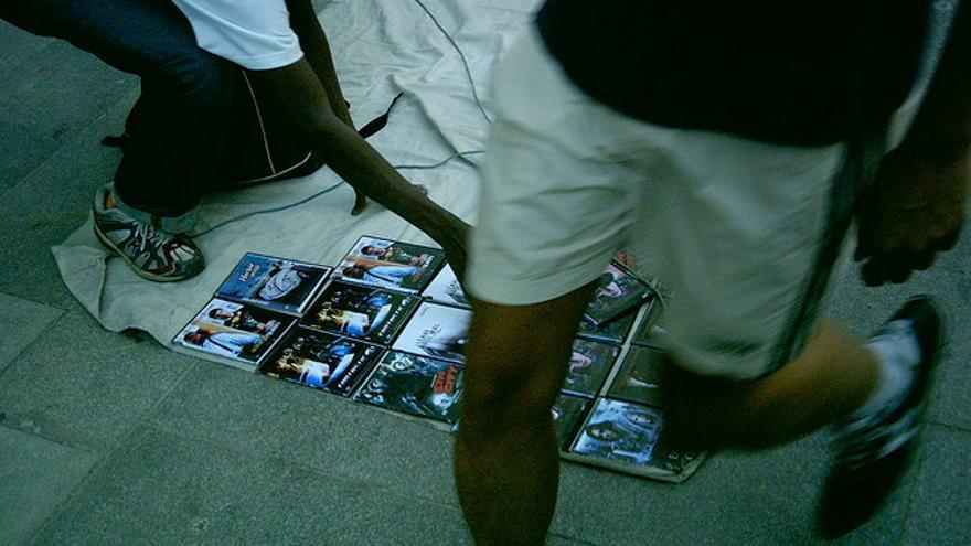 Vendedores de top manta recogiendo la mercancía tras la llegada de la policía. DANIEL LOBO