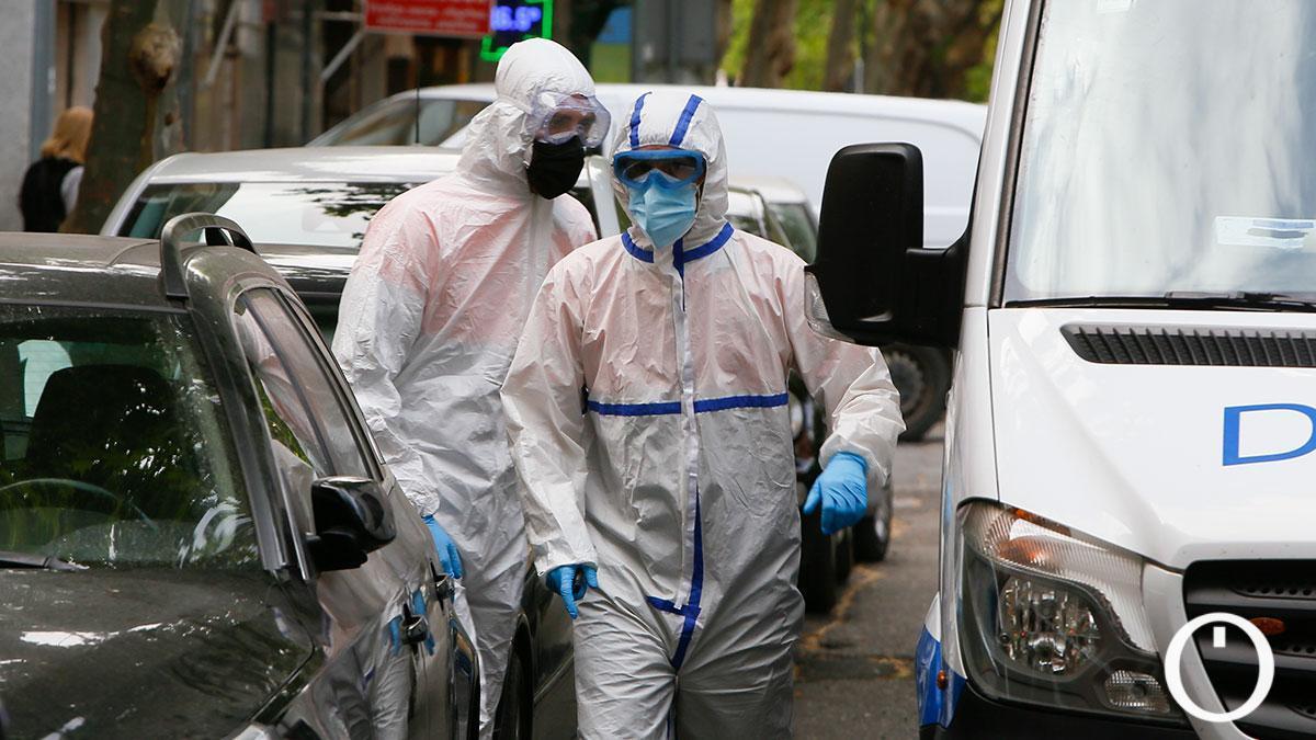 Personal sanitario recogen a una paciente para trasladarla al Hospital Reina Sofía