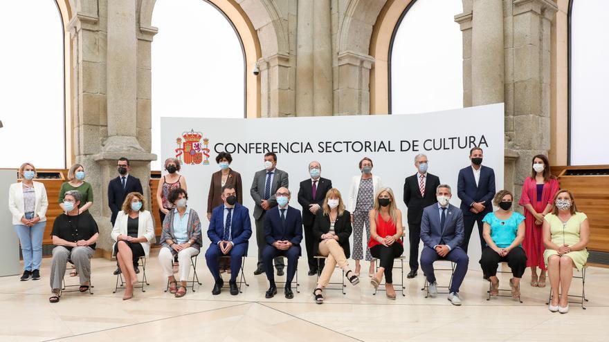 Foto de familia de los consejeros de cultura de cada comunidad autónoma posando para la XXIX Reunión del Pleno de la Conferencia Sectorial de Cultura, en el Claustro de los Jerónimos del Museo Nacional del Prado, a 23 de julio de 2021, en Madrid (España).