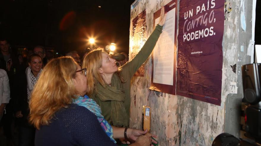 Pegada de carteles de Podemos.