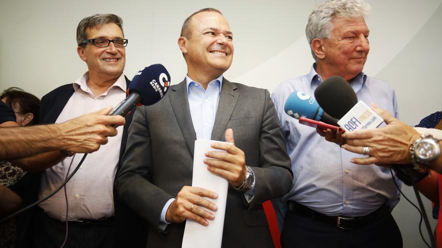 De izquierda a derecha: Javier Doreste (Podemos), Augusto Hidalgo (PSOE) y Pedro Quevedo (NC).
