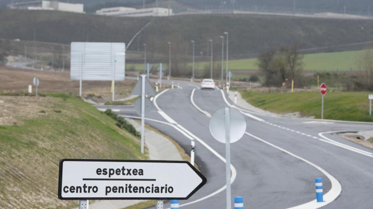 Vista exterior del acceso al penal de Zaballa, a las afueras de Vitoria