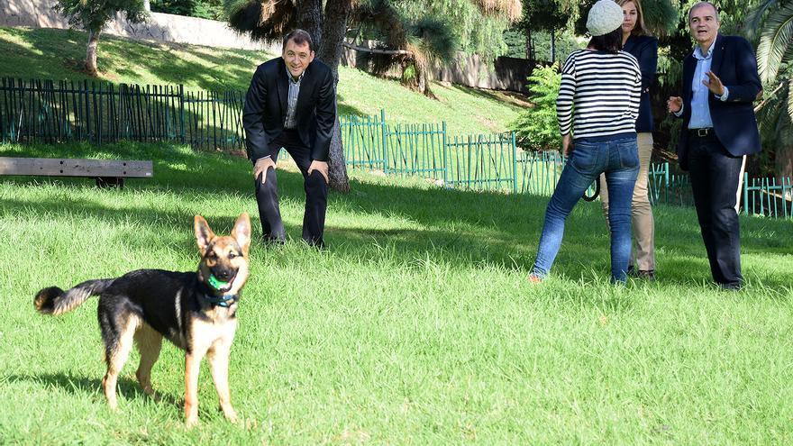 El alcalde de Santa Cruz, durante la inauguración de la zona canina en el Parque La Granja