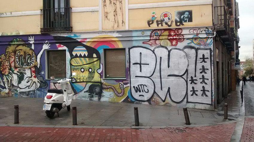 Este graffiti de reconocidos graffiteros como Chusky, Remed y 3ttman, que llevaba años intacto en Juan Pujol, también ha sido dañado en los últimos días   Foto: Somos Malasaña