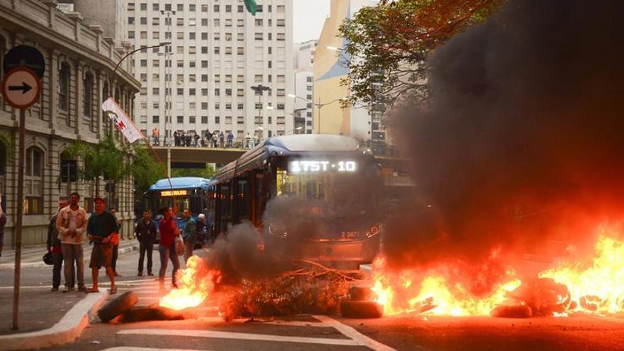 Protestas contra juicio a Rousseff bloquean carreteras en Brasil