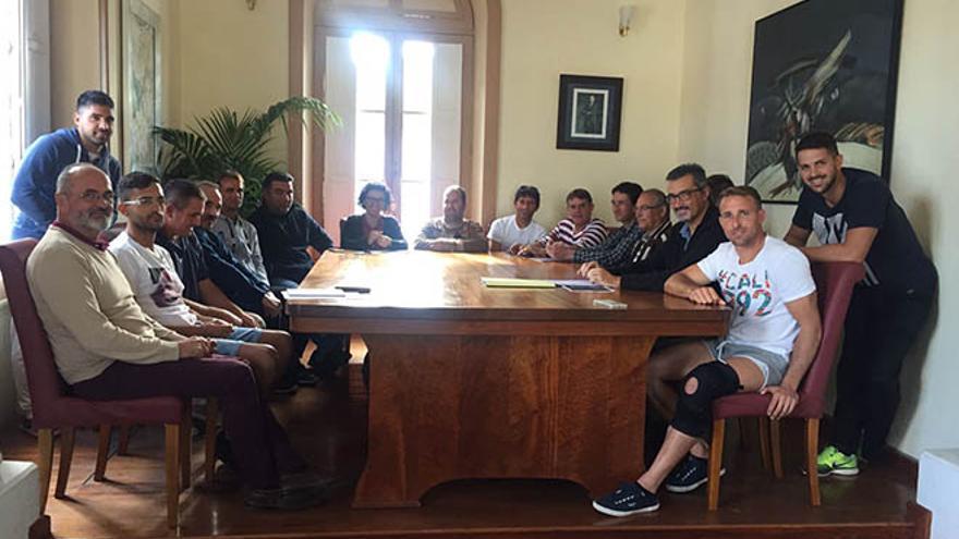 Reunión mantenida este jueves por el alcalde de Haría, Marci Acuña, acompañado del primer teniente de alcalde, José Pérez Dorta, y la concejala de Pesca, Yessica Mesa, con pescadores del norte de la Isla