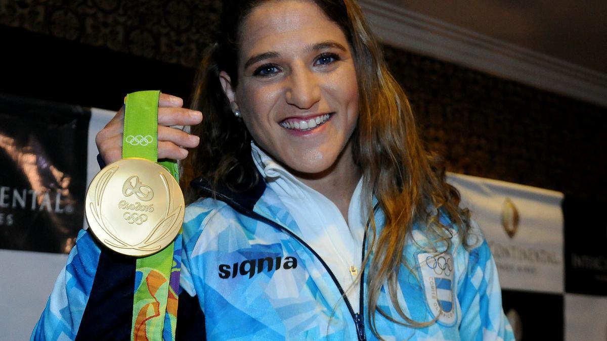 Paula Pareto con la medalla de oro obtenida en Río 2016