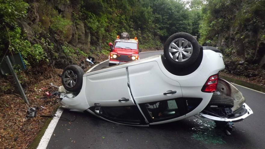 En la imagen, el vehículo accidentado. Foto:  BOMBEROS LA PALMA.