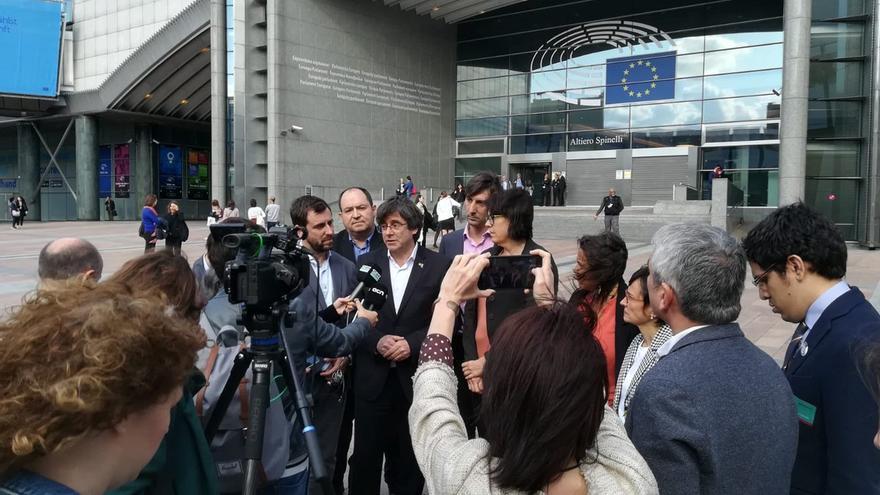 Carles Puigdemont y Toni Comín atienden a los medios tras impedírseles la entrada al Parlamento Europeo.