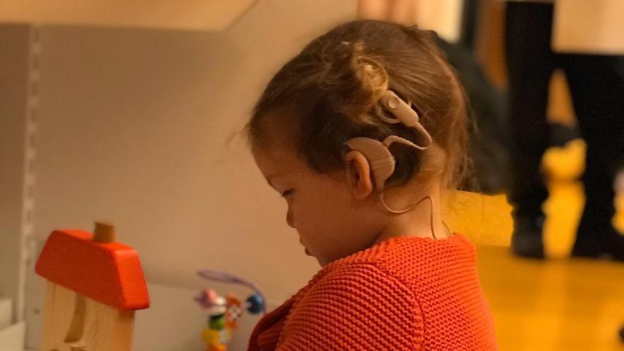 Olalla, con un implante coclear que le permite oír