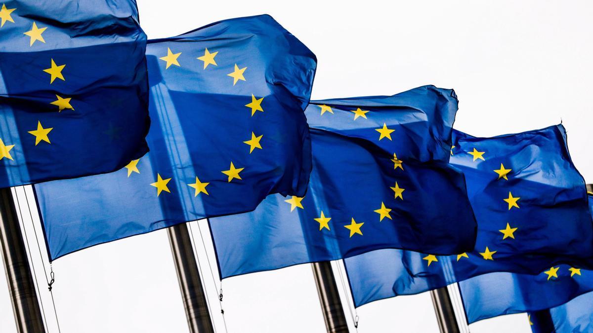 Banderas de la Unión Europea (UE) ondea, a las puertas de la Comisión Europea en Bruselas (Bélgica). EFE/ Stephanie Lecocq/Archivo