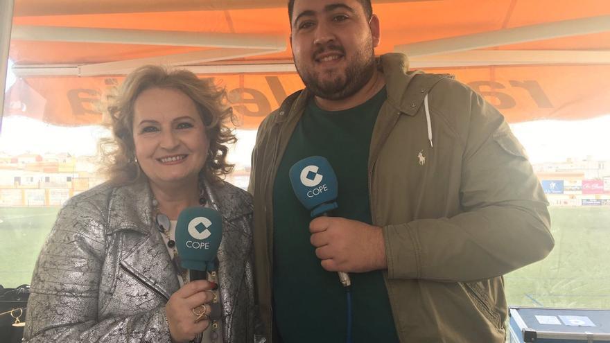 La periodista, en la cabina de COPE del Municipal de Lebrija junto a un compañero.