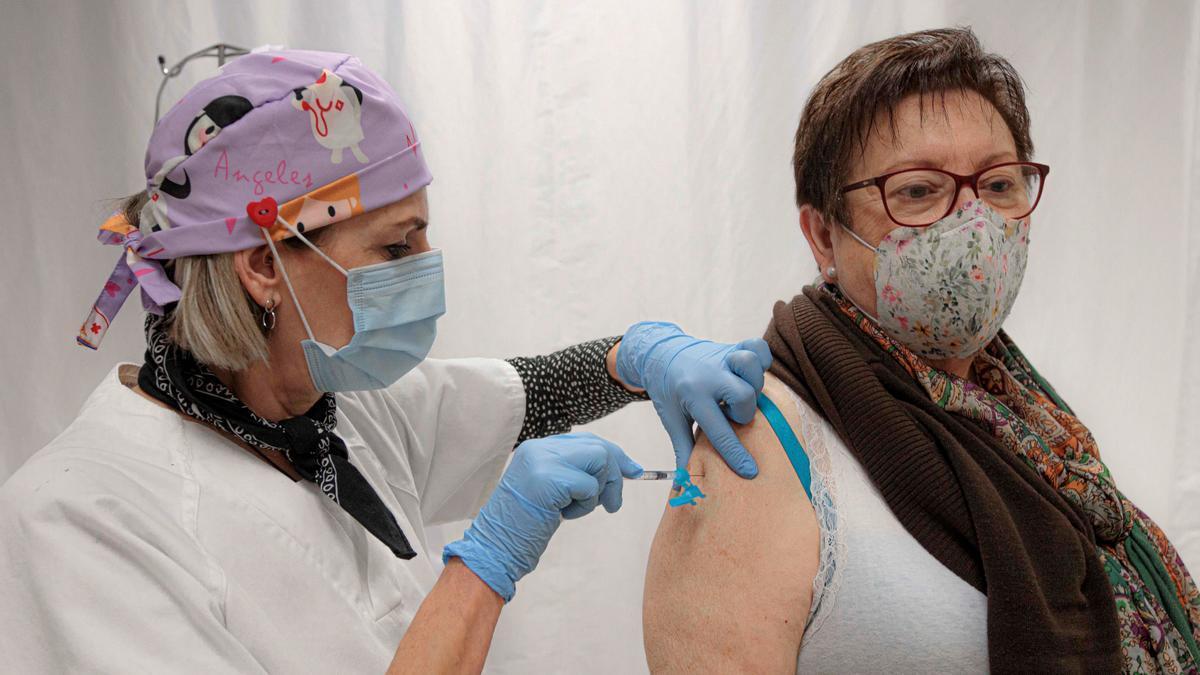 Una mujer se vacuna este sábado en el centro de salud Safranar de Valencia. EFE/ Biel Aliño