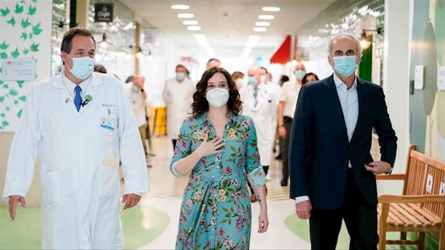 La presidenta de la Comunidad de Madrid, Isabel Díaz Ayuso (centro) y su consejero de Sanidad, Enrique Ruiz-Escudero (izquierda) durante la presentación de la reforma del hospital.