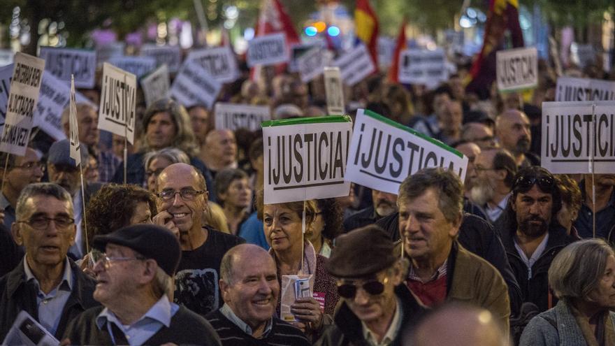 Manifestación contra la inhumación de Franco en La Almudena.