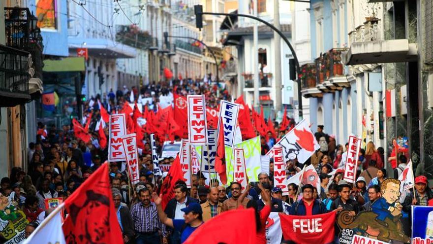 Miembros y simpatizantes del Frente Unitario de Trabajadores (FUT), la mayor central obrera de Ecuador.