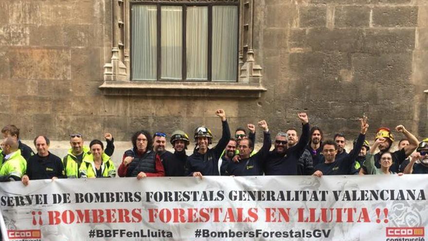 Representantes de CCOO de los bomberos forestales de Tragsa