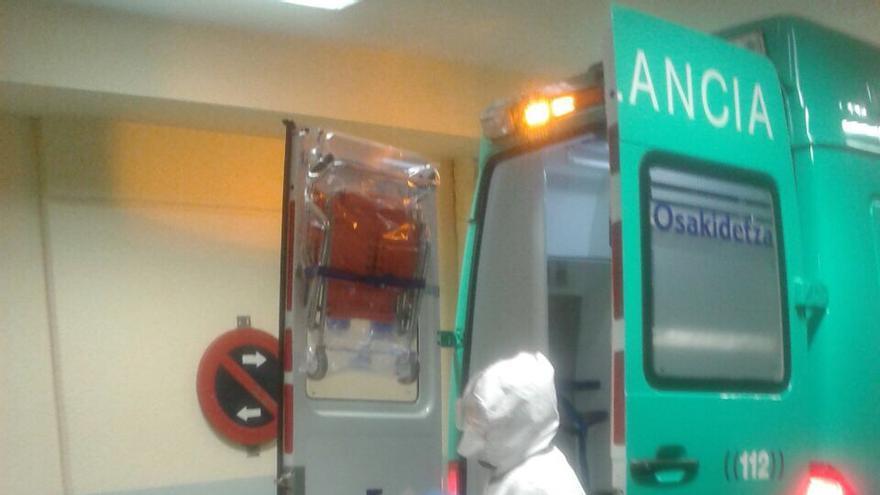 Los sanitarios se disponen a trasladar al paciente desde Vitoria.