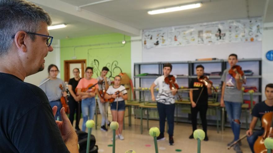 José Brito ensayando con alumnos de Barrios Orquestados.