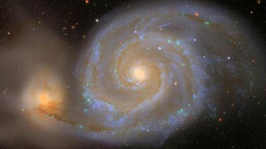 ARRIBA: Galaxia Remolino, también conocida como Messier 51. ABAJO: Instrumentación astronómica utilizada por la colaboración SDSS-III para medir las distancias a cientos de miles de galaxias. En la parte superior, a diferentes escalas, una de las p