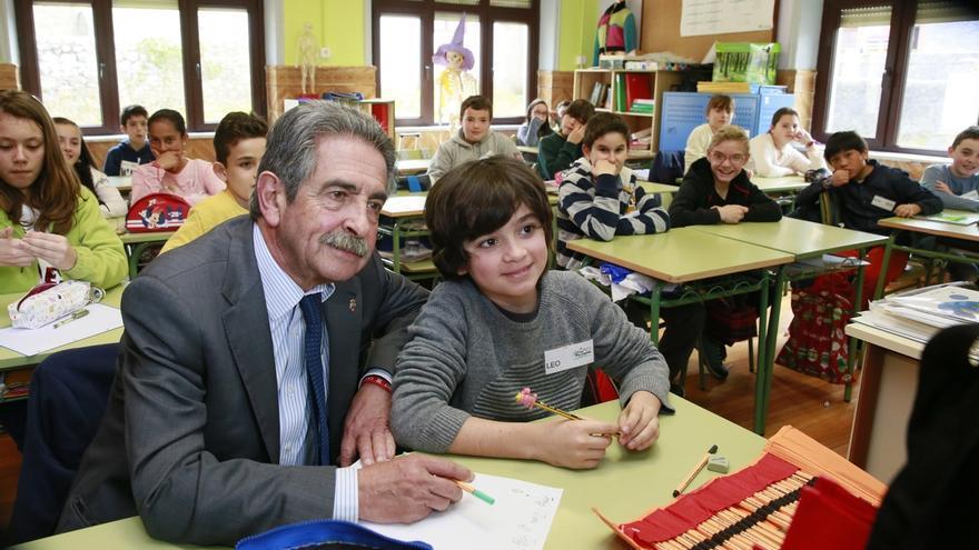 Revilla visita a los alumnos del Colegio Rural Agrupado Peñacabarga