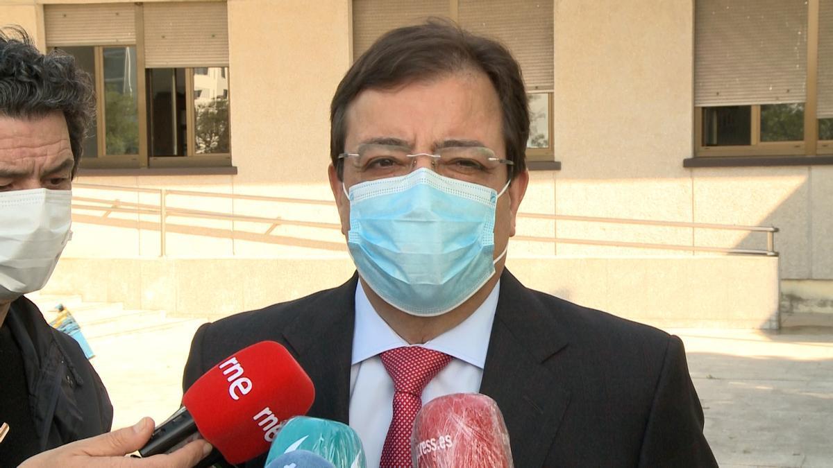 El presidente de la Junta de Extremadura, Guillermo Fernández Vara, en declaraciones a los medios en Badajoz