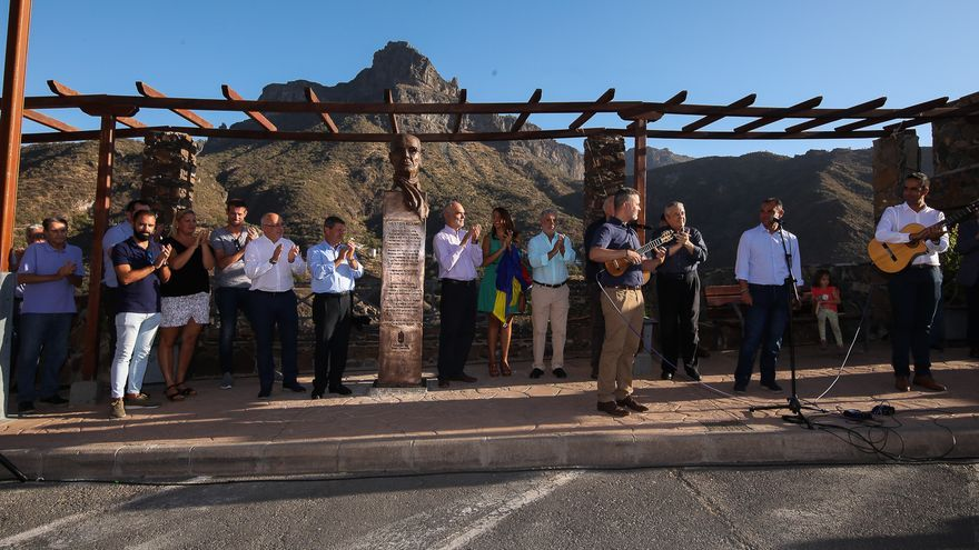 Inauguración de la escultura que rinde homenaje a Néstor Álamo en Tejeda.