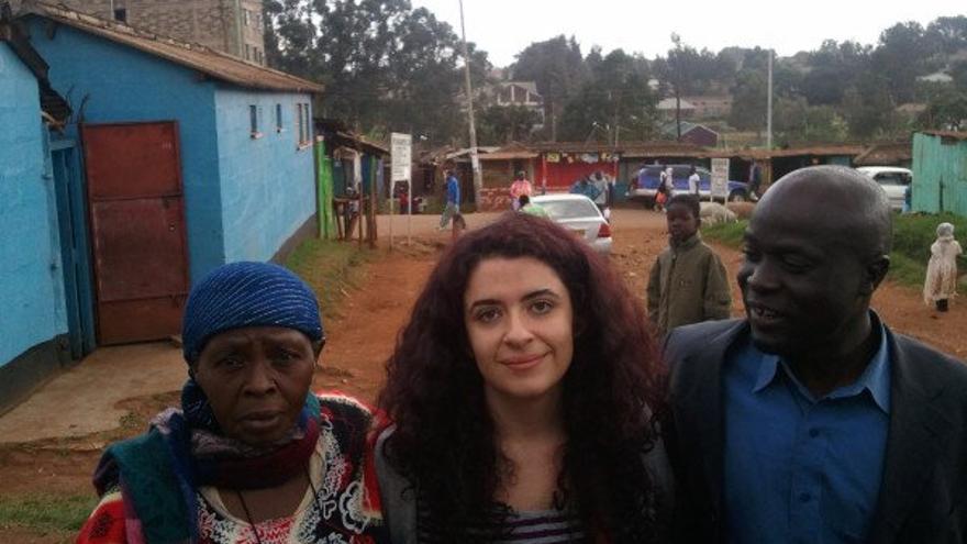 Laila Nachawati posa en Kiwera, Uganda, con dos líderes de la comunidad. ( foto cedida por Laila Nachawati)
