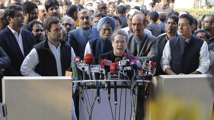 Los Gandhi, líderes de la oposición india, comparecen en un tribunal por corrupción Sonia Gandhi at Patiala House Court in New Delhi.