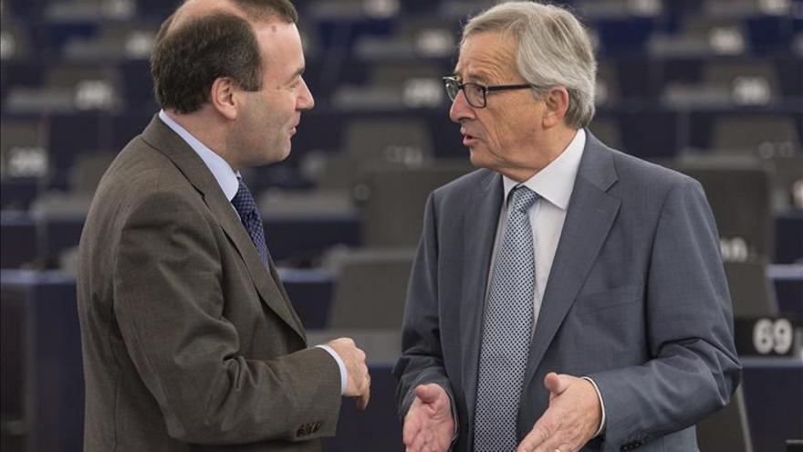 El presidente de la Comisión Europea, Jean-Claude Juncker, con el portavoz del PPE en la Eurocámara.