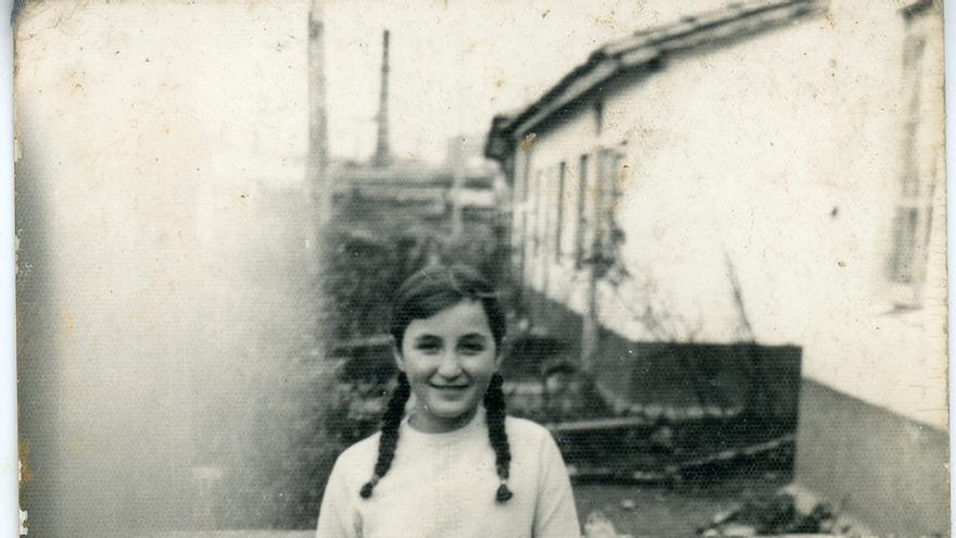 Foto de Tomi Arqués en el patio de su casa en Poblado Canda Landaburu. Colección Tomasa Arques / Desmemoriados.