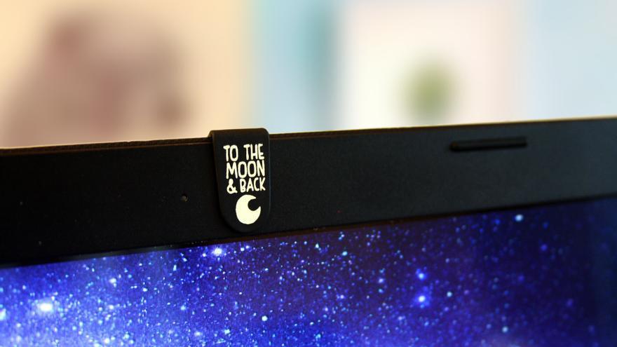 Las pinzas de Tapatucam se pueden desplazar a un lado u otro de la lente sin rayar esta o el portátil (Imagen: Cedida por Tapatucam)