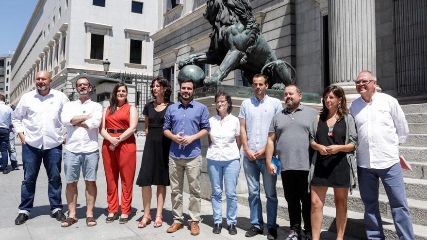 Alberto Garzón, junto a los otros siete diputados y dos senadores que tendrá IU en la XII Legislatura.