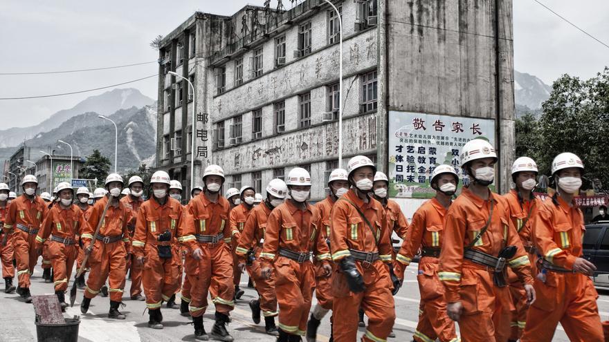 Efectivos del ejército chino involucrados en la operación de rescate recorren las calles del epicentro del terremoto de Sichuan, en Beichuan, al cabo de pocas horas del seísmo. La velocidad con la que China movilizó sus efectivos salvó multitud de vidas. / Zigor Aldama.