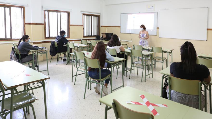 Alumnos del IES Alonso Quesada vuelven a las aulas tras dos meses de clases digitales.