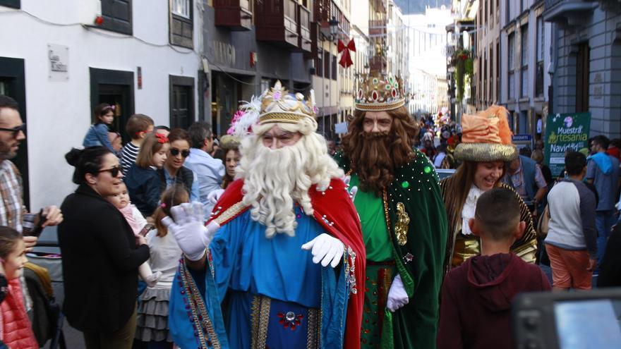 Los Reyes Magos, este viernes, en la Calle Real de Santa Cruz de La Palma.