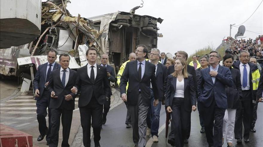 Las autoridades visitando el lugar del accidente en julio de 2013